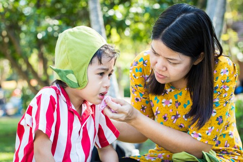 child with dental emergency